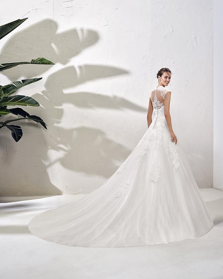 Vestido de novia Imelda de la marca Adriana Alier. Realizado en fino tul con incrustaciones de encaje. Escote joya y espalda tatuaje.