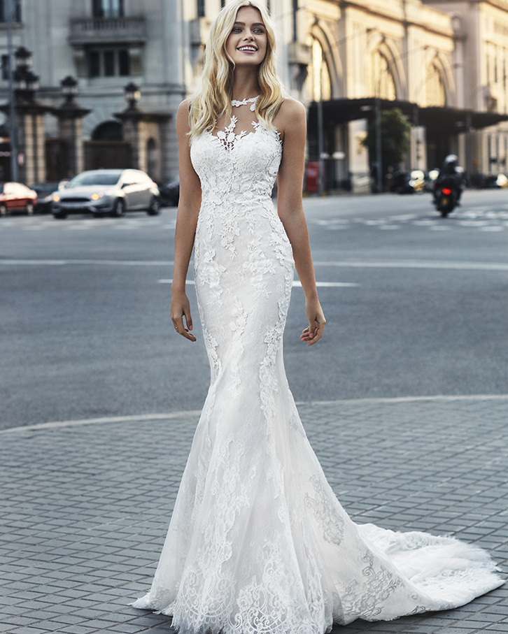 Vestido de novia Varna de la marca Luna Novias. De corte sirena con escote halter realizado en fino encaje de tul con incrustaciones de guipur en cuerpo y escote.