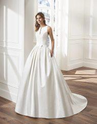 Vestido de novia Virginia de la marca Luna Novias. De corte princesa, realizado en raso. Falda lisa tableada con escote cerrado en V, tirante ancho y una increíble espaldad de encaje.