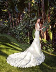 Vestido de novia Fadel de la marca Adriana Alier. De corte sirena, realizado en fino encaje de tul con incrustaciones. Escote barca, manga larga y espalda escotada en V.